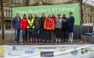 DEN HAAG - Een coalitie van boeren organisaties, FNV Groen en Milieudefensie biedt een manifest tegen TTIP aan aan Kamerleden op het Plein in Den Haag. FOTO MARTEN VAN DIJL / MILIEUDEFENSIE